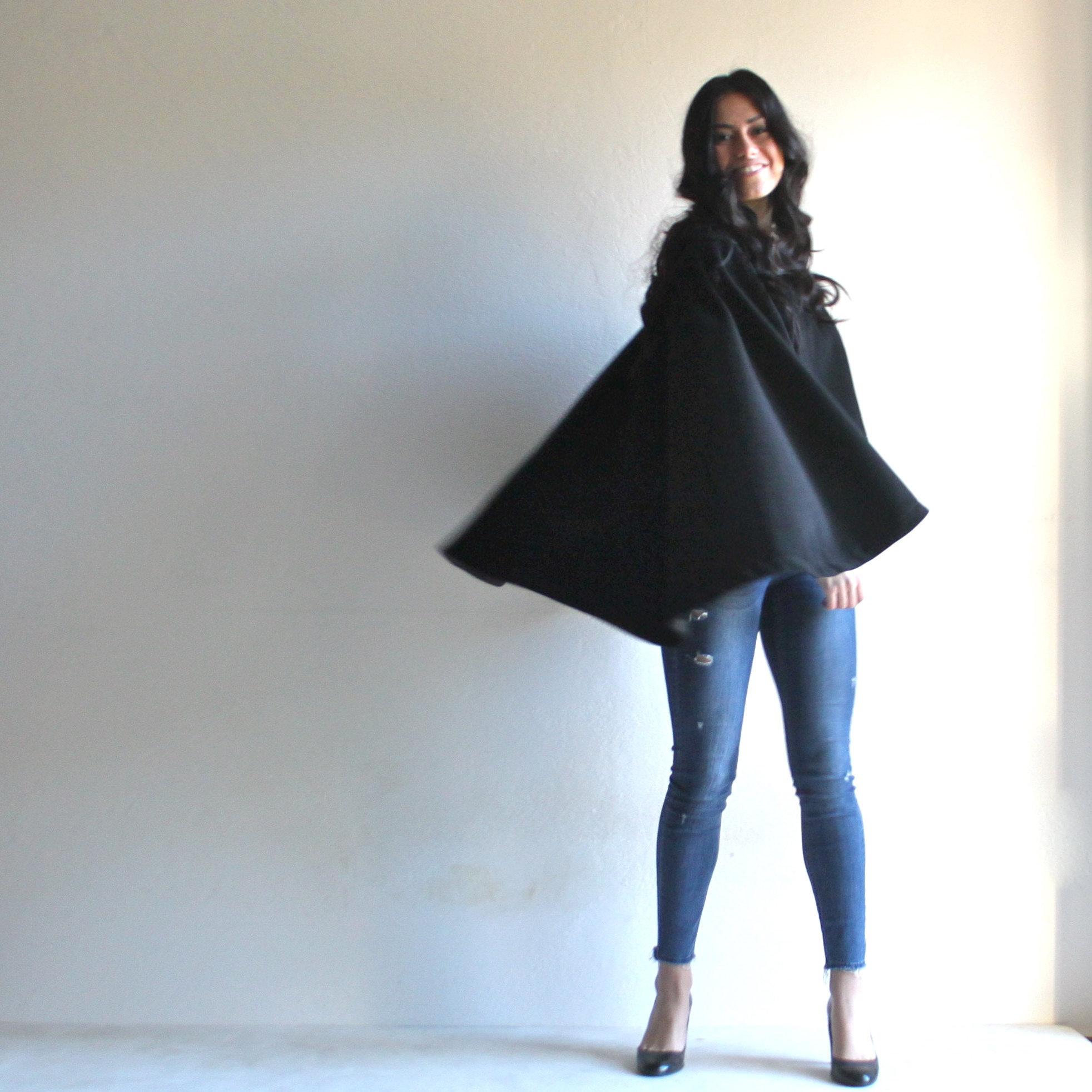cappotto a mantella con maniche nera